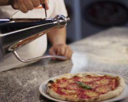 pizza beleggen met oliekannetje rvs
