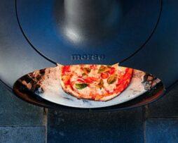 Pizza bakken in de Morso Forno oven